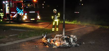 Scooter volledig afgebrand in Waalwijk