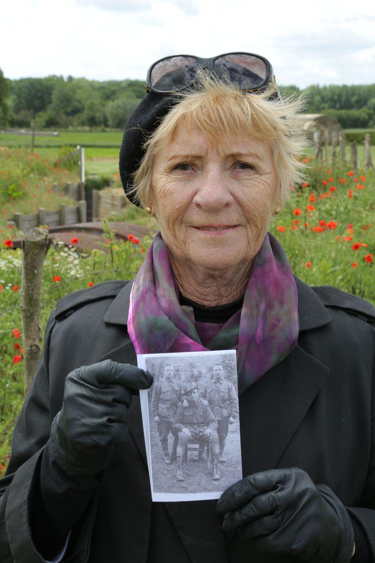 Susan Wade houdt een foto vast van haar grootoom Charles Percy Coultan. Hij stierf op 7 juni 1917 tijdens de Slag om Mesen. Beeld RV