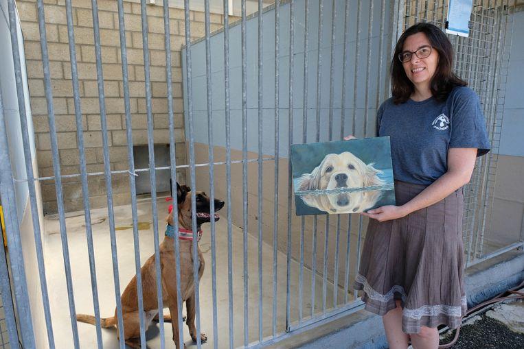 Wendy Kerselaers met een geschonken kunstwerkje voor de kooi van Kita.