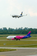 Twee vliegtuigen op Eindhoven Airport.