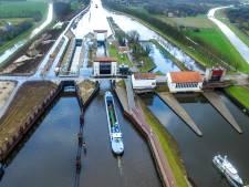 Eerste boten door nieuwe sluis in Eefde, laatste test voor opening van miljoenen kostende doorgang