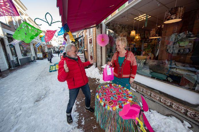 Marianne Stoeltie van Kunstig Kitschwerk in de Geerstraat hing vandaag letterlijk de vlaggen uit nu klanten weer naar de winkel mogen komen op bestellingen op te halen.