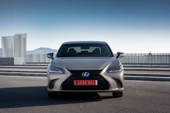 De nieuwe Lexus ES 300h koppelt veel comfort aan een scherpe prijs.