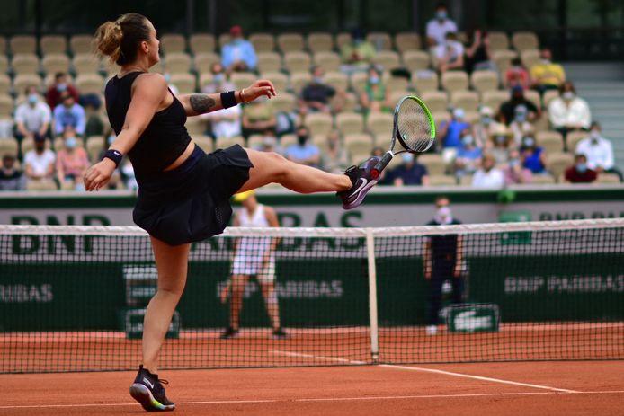 Een gefrustreerde Sabalenka trapt haar racket weg.