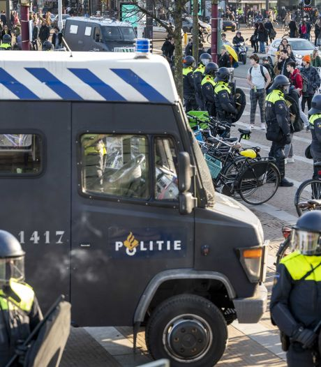 ME ontruimt opnieuw Museumplein in Amsterdam: 28 aanhoudingen, bekende betogers aanwezig