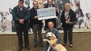 Belang schenkt cheque aan dierenasiel