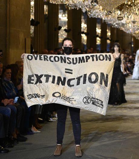 Des militants pour le climat débarquent au défilé Louis Vuitton à Paris et se font violemment sortir