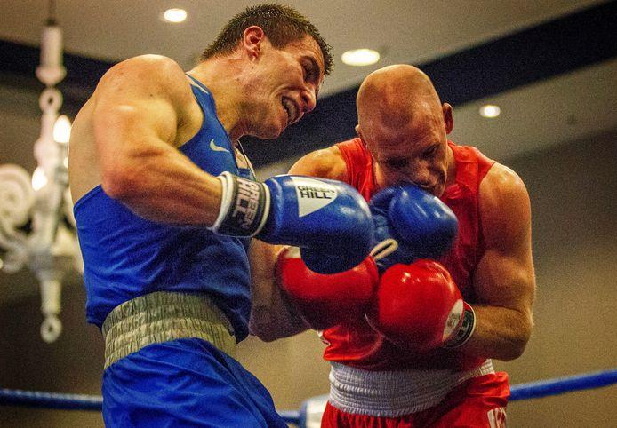 Peter Müllenberg (rode hoek) in 2017 in gevecht met de Rus Imam Khataev tijdens de Box Cup