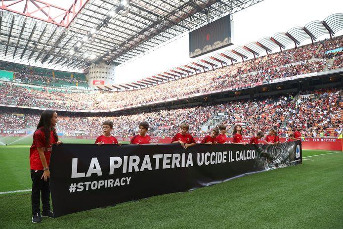 Kinderen houden een banner vast waarop staat 'Piraterij doodt het voetbal', voorafgaand aan een wedstrijd tussen AC Milan en Brescia Calcio, begin deze maand.