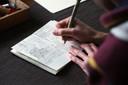Geen grote tekenvellen, geen digitale tablet. Nee... Ludwig Volbeda tekent zijn werk in een klein boekje. 'Het is monnikenwerk', zegt hij er zelf over.