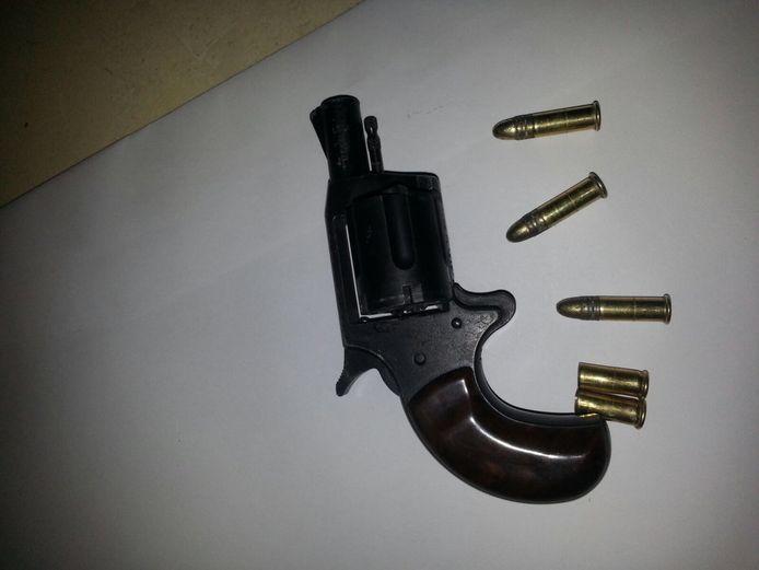 Twee jongetjes van 7 en 9 jaar oud hebben donderdagmiddag deze revolver gevonden in de bosjes bij de Bloys van Treslongstraat in Dordrecht. Ze schoten er twee keer mee op een muurtje en namen het wapen vervolgens mee naar huis.