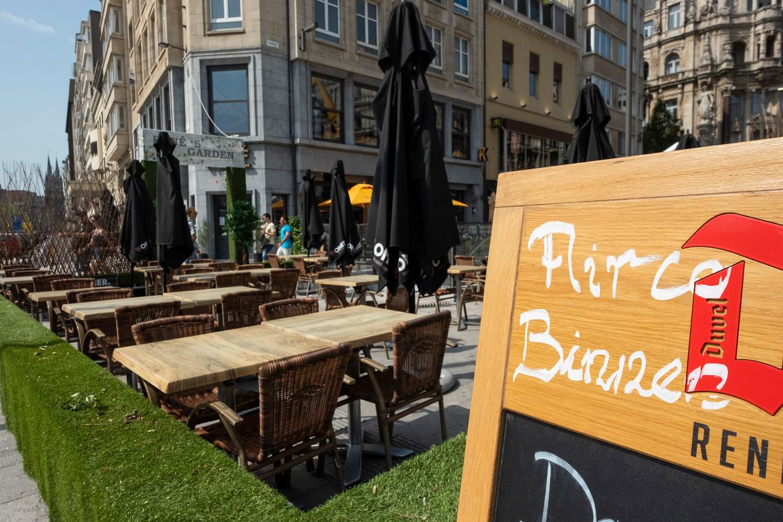 De warmste dag ooit in Antwerpen lijkt ook de kalmste dag ooit. De terrassen zijn leeg. Beeld Klaas De Scheirder