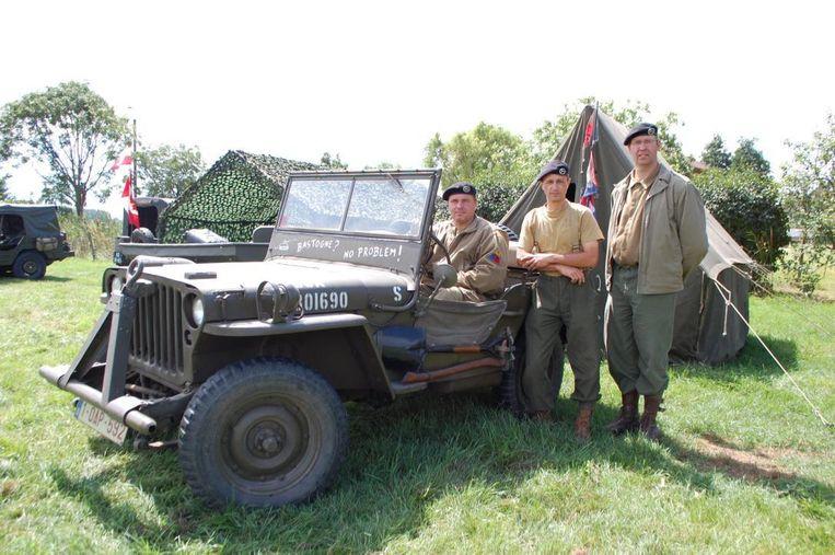 Joeri Quintyn (achter het stuur) restaureerde al zes oldtimer legervoertuigen.