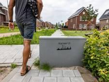 Hoe lang blijft dit grijze kastje een trottoir in de Kamper wijk Onderdijks blokkeren?