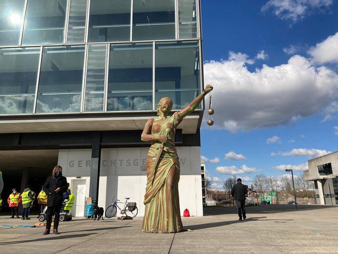 De actievoerders brachten een beeld van Vrouwe Justitia mee
