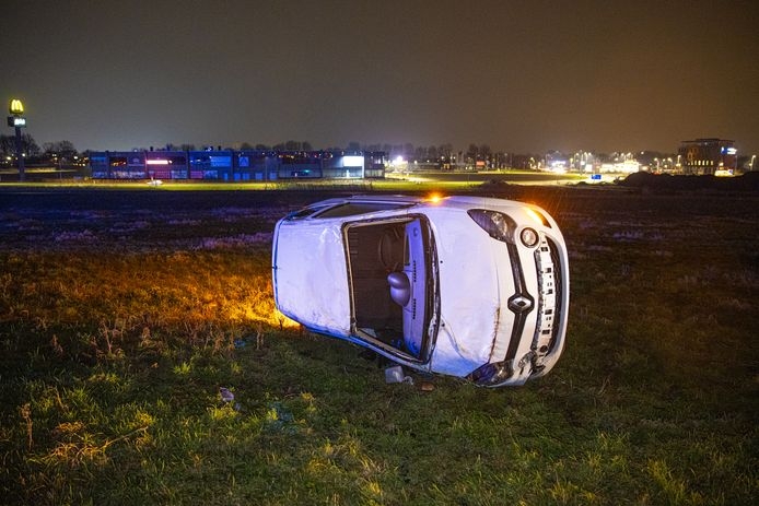Op de N50 bij Kampen sloeg een auto over de kop en kantelde.