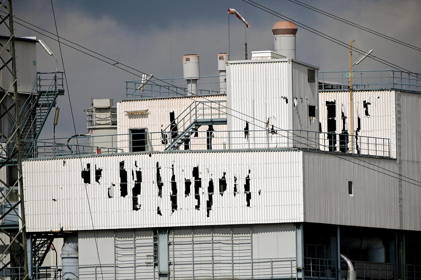 De gebarsten gevel van de afvalverwerkingsinstallatie nabij de plaats van de explosie in het 'Chempark' in Leverkusen.