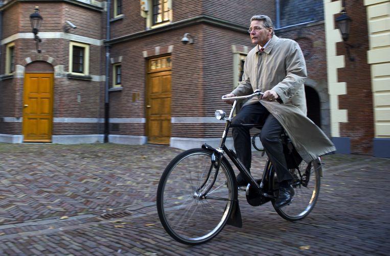 Minister Donner in 2004 op zijn zwarte herenrijwiel op het Binnenhof. Beeld ANP