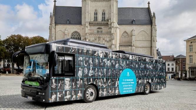 We are Tienen 'verpakt' elektrische bus met portretten van lokale ondernemers