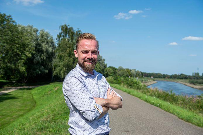 Gert Vluymans toont de plaats waar het Natural Highs Festival een windturbine gaat plaatsen op de Netedijk in Duffel.