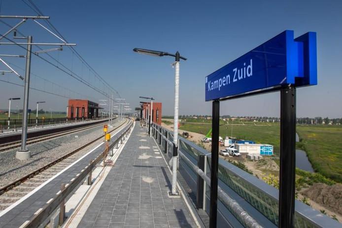 Begin vorige eeuw (1913-1934) was Kampen Zuid het eindstation van de spoorlijn vanaf Hattem. Nu is het - tegen afspraken met de gemeente in - de nieuwe naam van het Hanzelijnstation. foto Freddy Schinkel