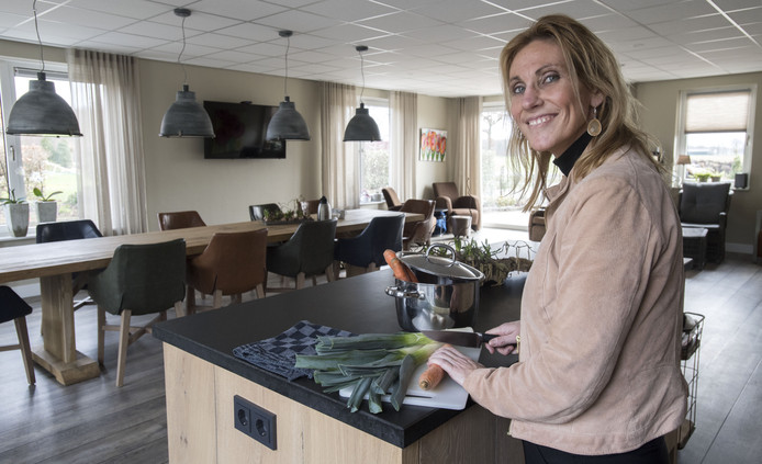 Paula Harmelink van Erve Harmelink aan de slag voor de eerste Open Eettafel.