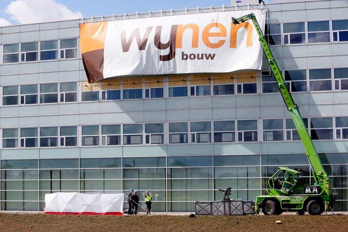 De gebruikte hoogwerker bij de werkzaamheden aan een hotel in aanbouw in mei 2016.