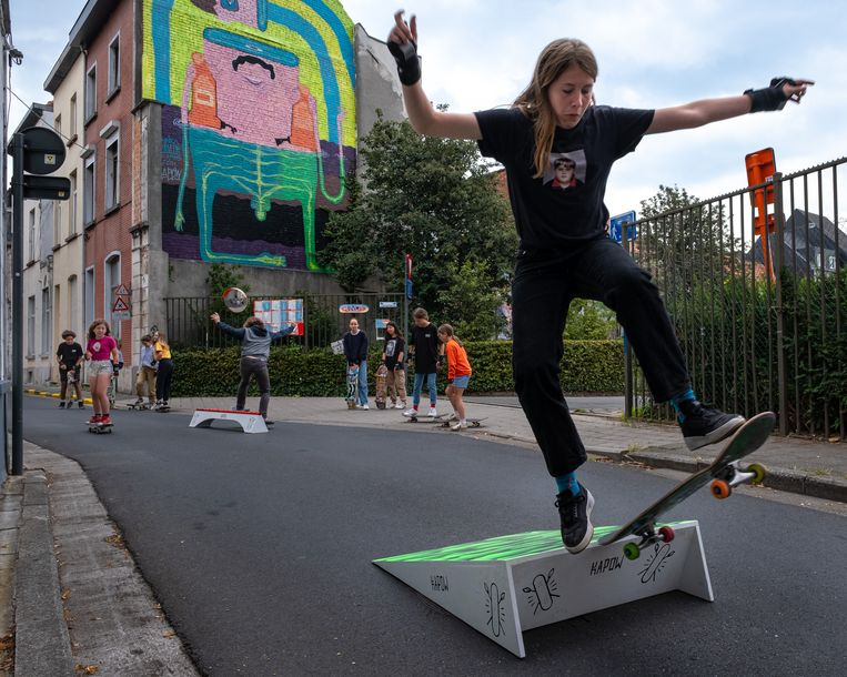 In de Gentse havenbuurt wagen meisjes tussen 11 en 16 jaar zich aan een potje skaten onder de vleugels van KapOw vzw. Beeld Wouter Maeckelberghe