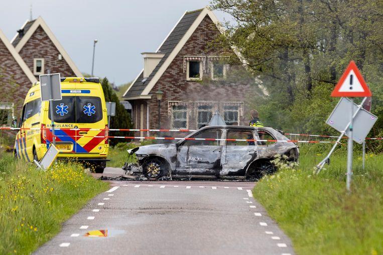 In Broek in Waterland gingen twee vluchtauto's in vlammen op na de gewelddadige overval op een waardetransport. Beeld Michel van Bergen