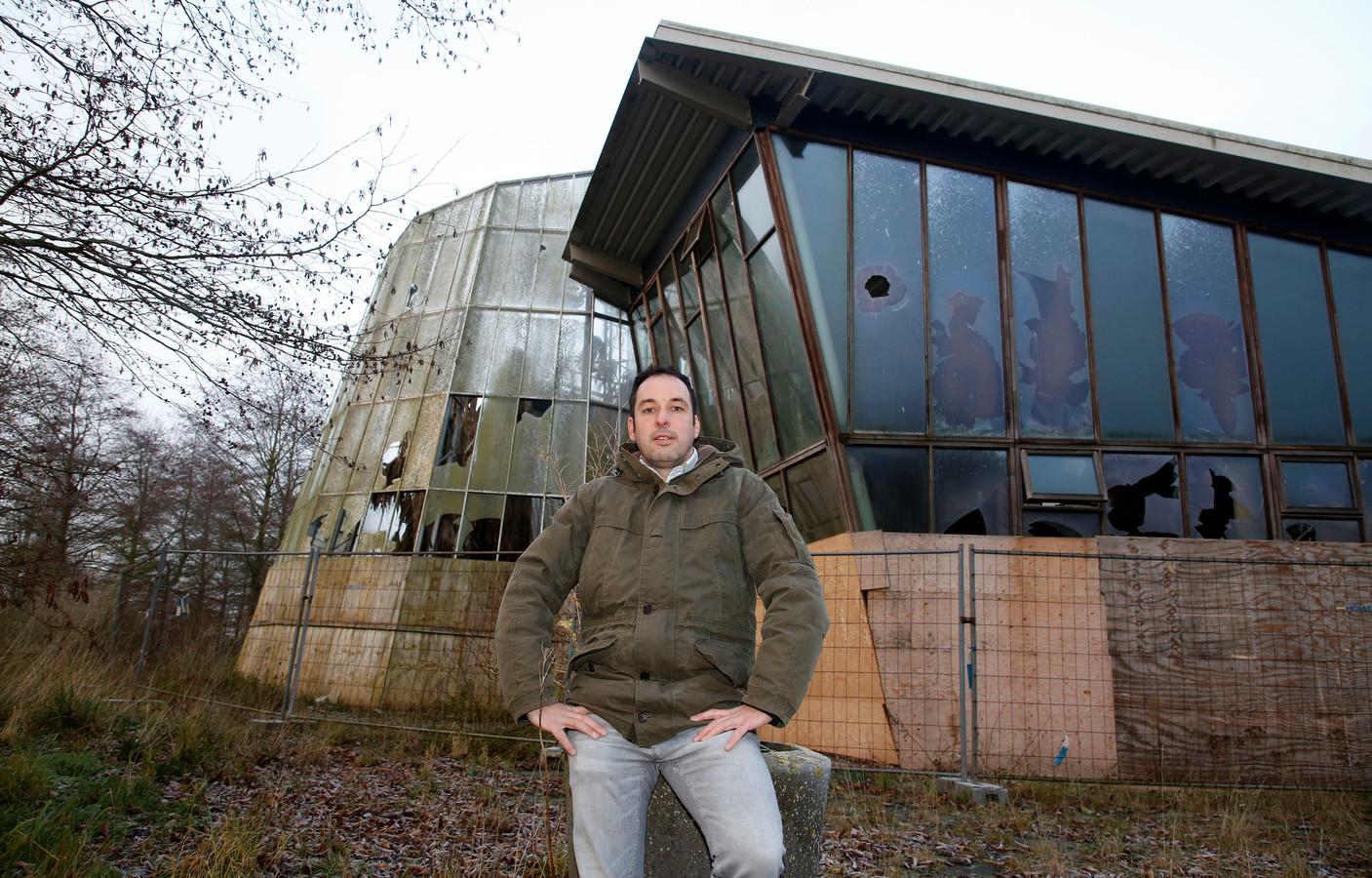 Eric van Damme bij het hoofdgebouw van Euregiotuinen.
