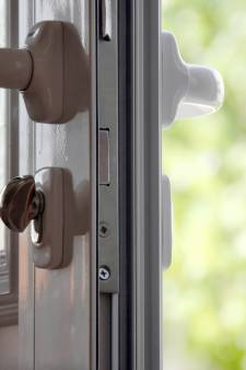Ouder stel slachtoffer van babbeltruc in Geldermalsen, dader vlucht in witte auto