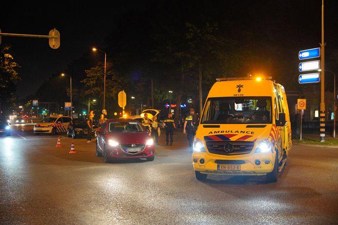 Een fietser en een personenauto zijn gisteren op de kruising Oranjesingel met de Sint Canisiussingel op elkaar gebotst. De fietser raakte daarbij gewond.