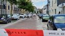 Huisraad op straat in de Dr. Benthemstraat in Enschede, waar een verwarde man is aangehouden na inzet van een arrestatieteam.