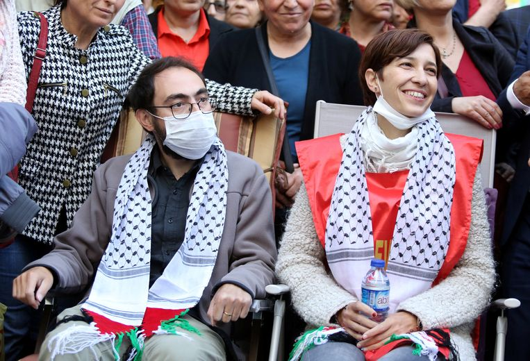 De twee Turkse leerkrachten Nuriye Gülmen en Semih Özakça tijdens hun hongerstaking. Beeld reuters