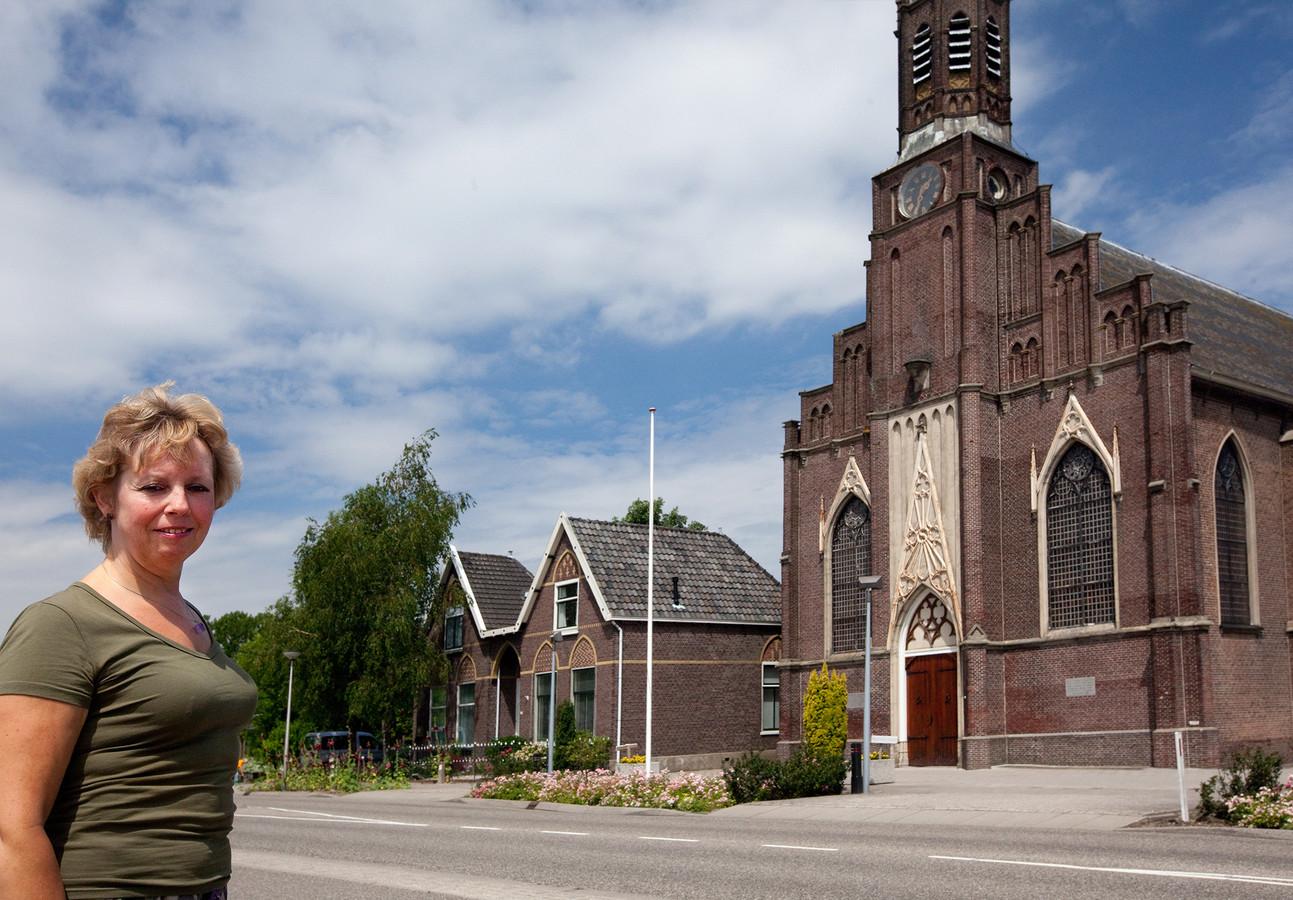 Bernadette Verhoef bij de Scheepjeskerk in Hazerswoude-Rijndijk. Ze doet nu mee in het Dorpsoverleg Hazerswoude Rijndijk-Oost