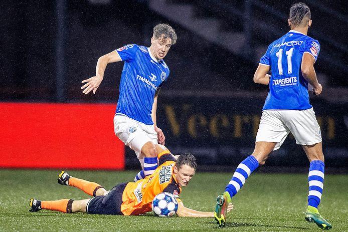 Frank Sturing namens FC Den Bosch in duel met FC Volendam-speler Martijn Kaars.