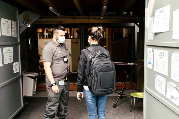 Een beveiliger staat bij de ingang aan Pacheco. Beeld Tine Schoemaker