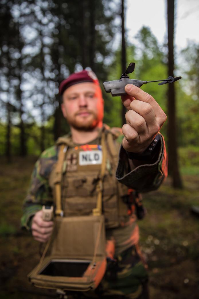 De spionage-drone Black Hornet is zo klein dat hij gemakkelijk in de jaszak van de militair past.