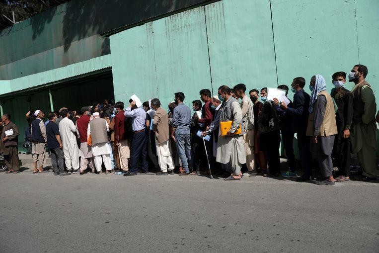 Warga Afghanistan berbaris dalam antrean panjang di luar kedutaan besar Iran di Kabul, di mana mereka berharap mendapatkan visa untuk melarikan diri dari negara itu.  gambar AP