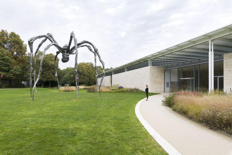 Louise Bourgeois, op dit moment te zien in Museum Voorlinden in Wassenaar, maakte haar grote stalen spin Maman op 86-jarige leeftijd, in 1997. Het transformeerde haar van bekende tot wereldberoemde sterkunstenaar. In juli dit jaar werd een van haar grote bronzen spinnen geveild voor 28 miljoen dollar bij Christie's in New York. Beeld The Easton Foundation/VAGA at Artists Rights Society (ARS), NY/Pictoright, Amsterdam 2019