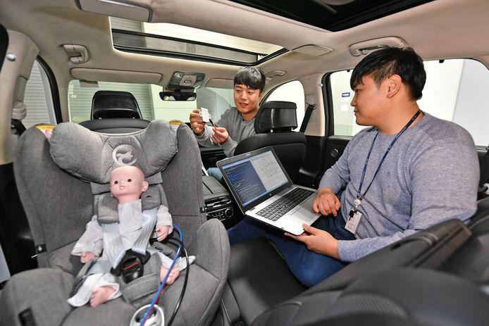 De ontwikkelingsingenieurs van Hyundai Mobis aan het werk met het nieuwe radarsysteem dat kinderen achterin de auto moet bewaken