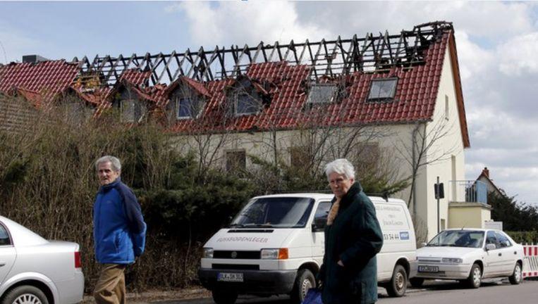 In april 2015 hadden brandstichters het ook al gemunt op een asielcentrum in Duitsland. Toen brandde het volledige dak af. Beeld REUTERS