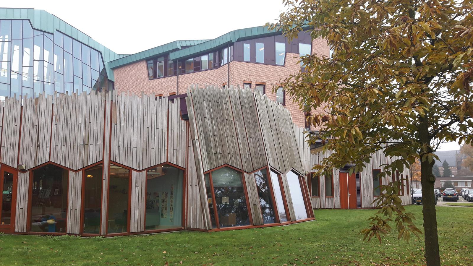 Aan de achterkant van het gemeentehuis moet een muzieklokaal en een extra ingang komen.