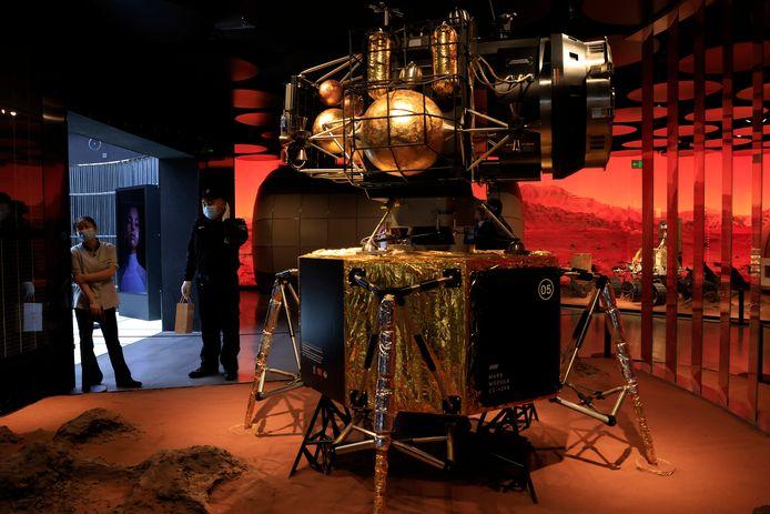 Een model van de Chinese Marslander Zhurong  op een tentoonstelling in Peking.