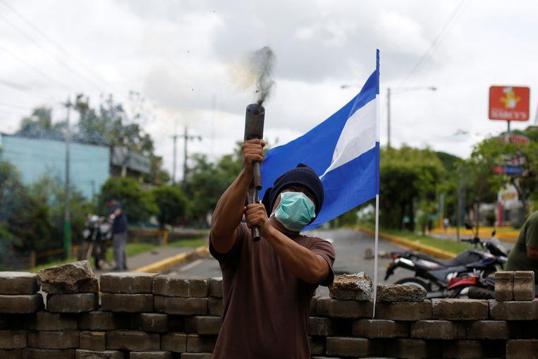 Een demonstrant vuurt een zelfgemaakte mortier af tijdens een betoging tegen de Nicaraguaanse president Daniel Ortega. Beeld REUTERS