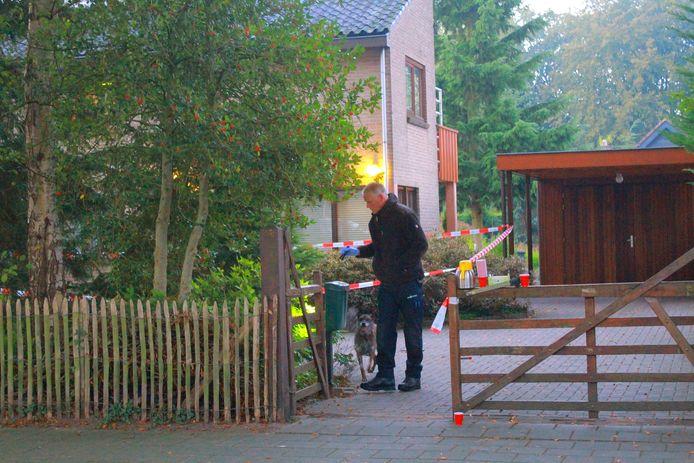 Een politiehond zoekt naar sporen van de daders van de overval op een woning aan de Mecklenburglaan in Harderwijk.