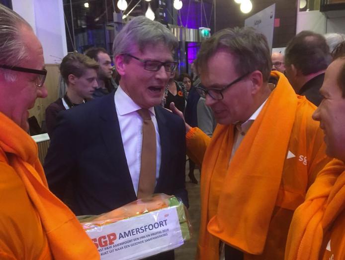 SGP'ers bieden Bolsius mandarijnen aan.