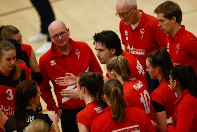 Trainer Ivo Munter in gesprek met de speelsters van Laudame Financials VCN.