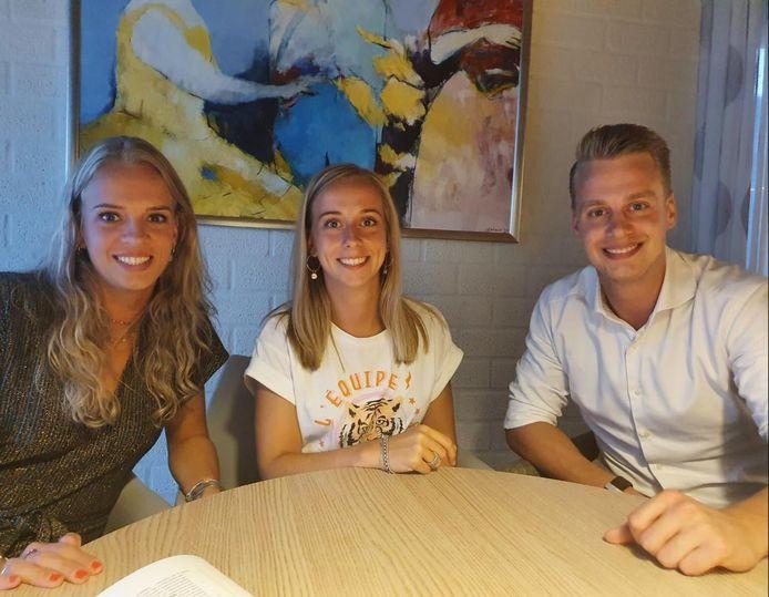 Lieke, Jeske en Tim van Pelt bekrachtigden woensdag bij de notaris de koop van het kerkgebouw van Biest-Houtakker