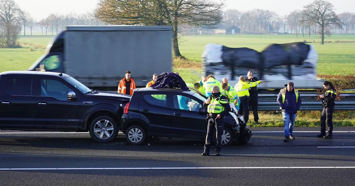 File op A58 bij Tilburg Reeshof door ongeluk met vrachtwagen en auto.